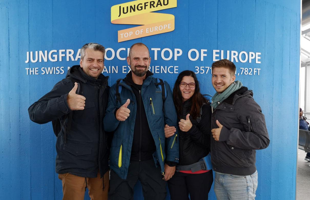 Jubiläumsgewinner und Begleiter Jungfraujoch